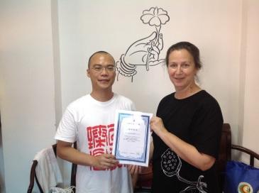 Dr Sun Lei remet le diplôme d'enseignant de qi gong de l'institut de recherches de Shanghai à Claire en juin 2015.
